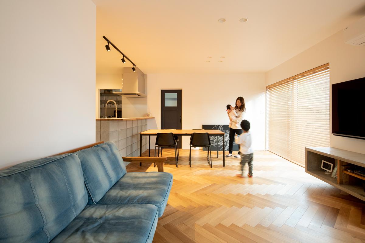 水庭のあるお家 ヘリンボーン 無垢床材 モルタル ブロック腰壁