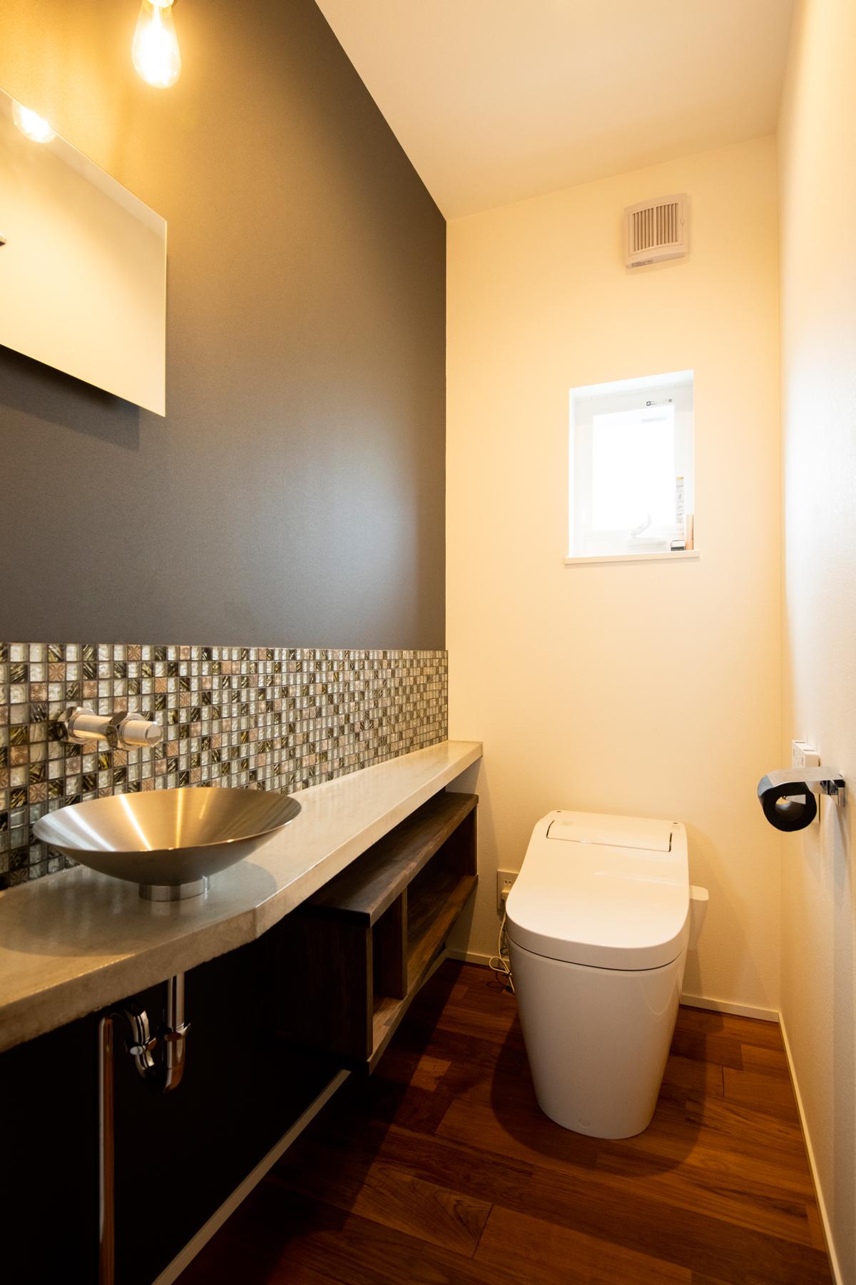 トイレ モルタルカウンター 個性的 蛇口