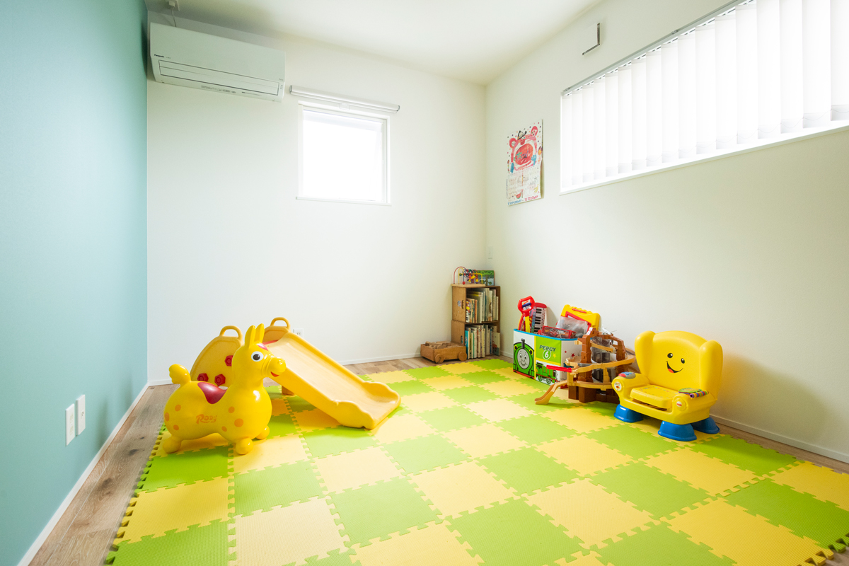子供部屋 アクセント 壁紙 ナラ
