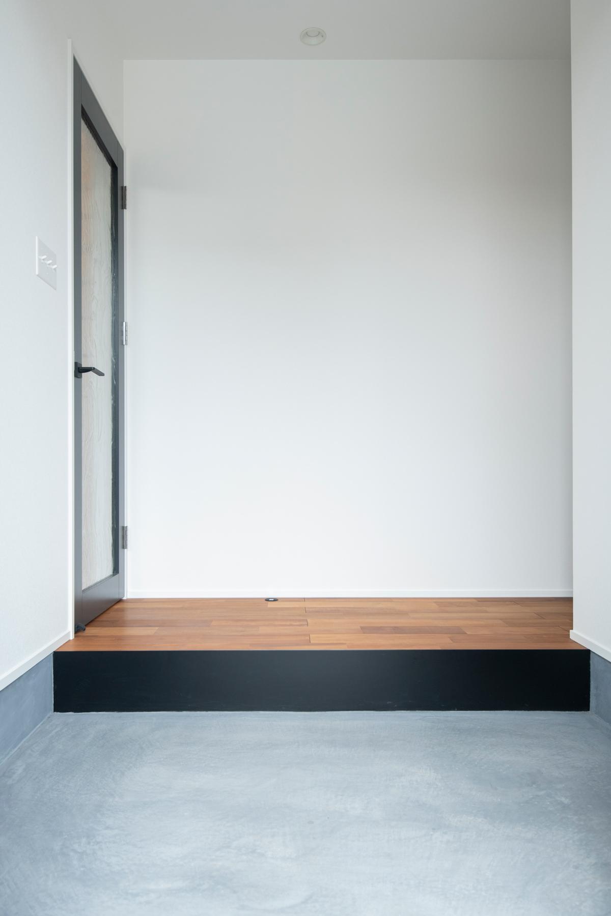 玄関土間 カラークリート アイアン框